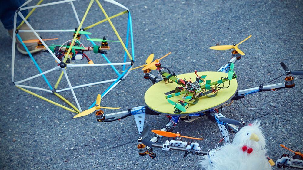 Et knippe av Pedersens droner ved siden av hverandre.