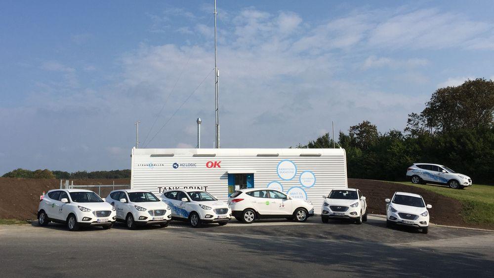 Disse sju Hyundai ix35 FCEV vil ikke kunne fylle tanken etter hverandre på denne hydrogenstasjonen i Korsør ved Storebælt.