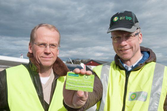 Helge Storflor fra Nedre Romerike Flyklubb med Thorbjørn Larsson, sjef i Air BP Nordics, med verdens første Air BP-kort for UL91.