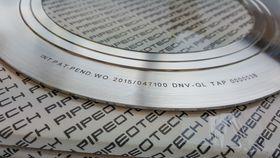 Stålskive: Pakningene lages av metallkvaliteten til flensene de skal tette. Emnene skjæres ut med vannjet og dreies for å få de tre deltaringene som står for tetningen.