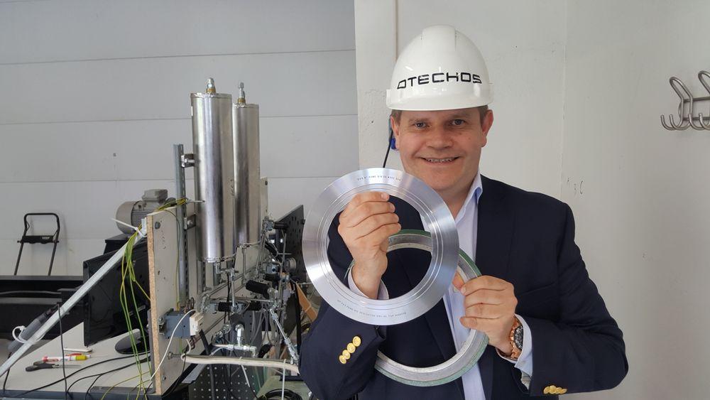 Skal erobre verden: Adm. direktør i Pipeotech, Nils Chr. Mathisen, tror den revolusjonerende norske pakningen vil ha et veldig stort internasjonalt marked. Her holder han den nye Pakningen foran seg i høyre hånd mens den venstre holder den tradisjonelle pakningsteknologien som de vil erstatte.