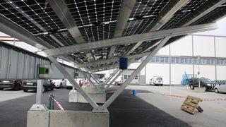 Disse solcellene fanger lyset fra begge sider. Nå lader de elbiler på Vestby