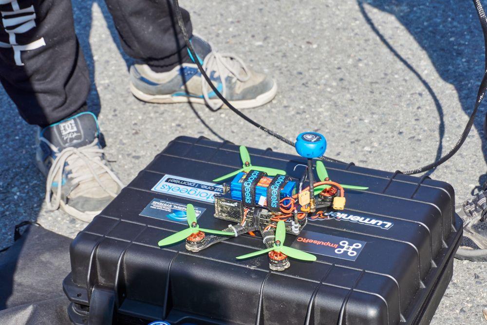 Den blå dingsen som stikker opp er antennen.