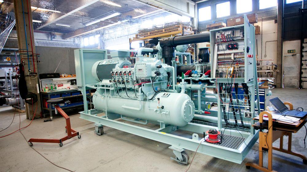 En typisk Teknotherm-kjølemaskin med tilhørende eltavle. Det er eltavle-produksjonen som nå er hentet hjem til Norge.