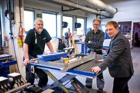 Teknotherm-sjef Jon Aksel Brynhildsen (t.h) hentet hjem eltavle-produksjon til Norge. Det ga mer aktivitet på verkstedet for Tron Bjerke og Arild Strøm.