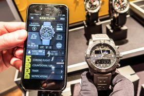 Smart nok: Breitlings kvartsklokke kan styres med en app og lades med kabel, men dette er ingen smartklokke.