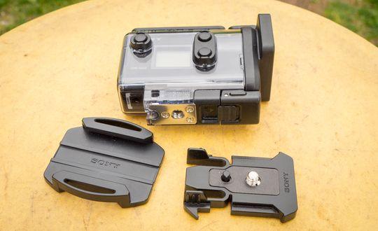 Klipsen som følger med kameraet har et dobbeltfeste, altså en ekstra liten tapp som skal sørge for at kameraet ikke vris fra side til side.