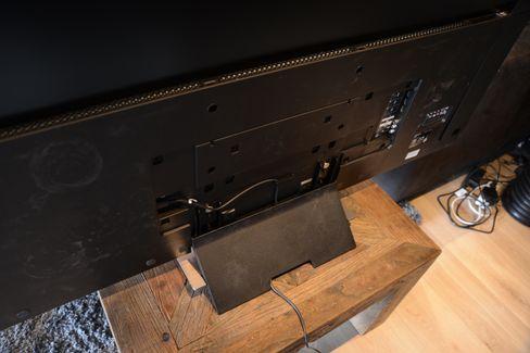 Baksiden av foten lar deg tre kabler gjennom den. Her er bakdekslene på selve TV-en tatt av.