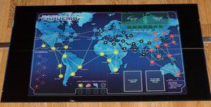 Pandemic: Legacy ligger opp-ned under det originale Pandemic som er avbildet her for å vise størrelsesforskjellen.
