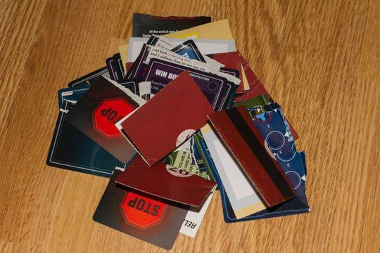 Jepp, du skal rive i stykker kortene og kaste dem i søpla. Vi tok vare på dem for anmeldelsen.