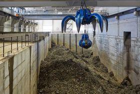 Brennstoff: I nok en gigantisk hall lagres søppelet etter at det er knust og renset.