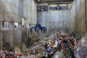 Søppel: Lokalt og importert søppel ankommer og lagres i et gigantisk lager.