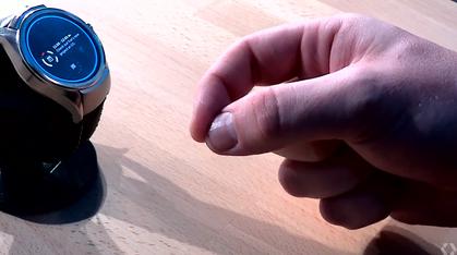 Her styrer han smartklokken med fingerbevegelser i løse luften