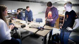 Ascend-teamet i ferd med å montere en ny drone. Fra venstre: Emilie Udnæs, Håkon Flatval, Marius Maaland, Christian Wilhelmsen og Martin Sollie.