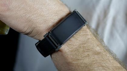 Dette smart-armbåndet forteller deg hvor full du er