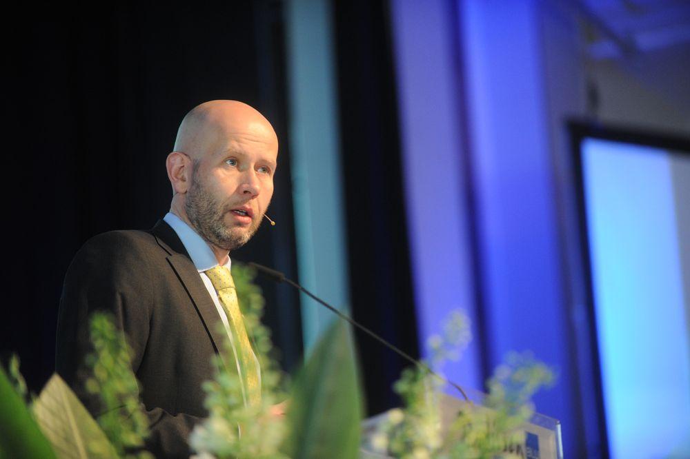 Energiminister Tord Lien kunngjorde i dag hvilke åtte forskningssentre som får FME-status. (Foto: Forskningsrådet)