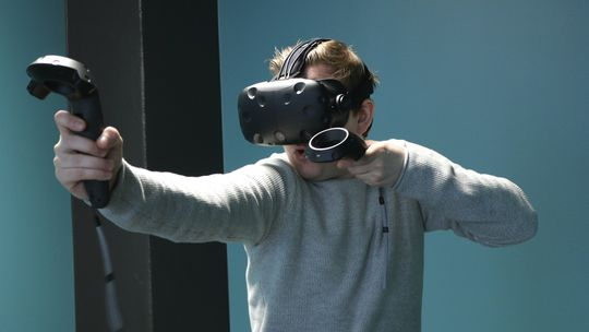 VR kan gjøre spillopplevelsene enda mer virkelighetstro enn før. Medieforsker Kristine Jørgensen tror det vil føre til en ny debatt om voldelige dataspill.