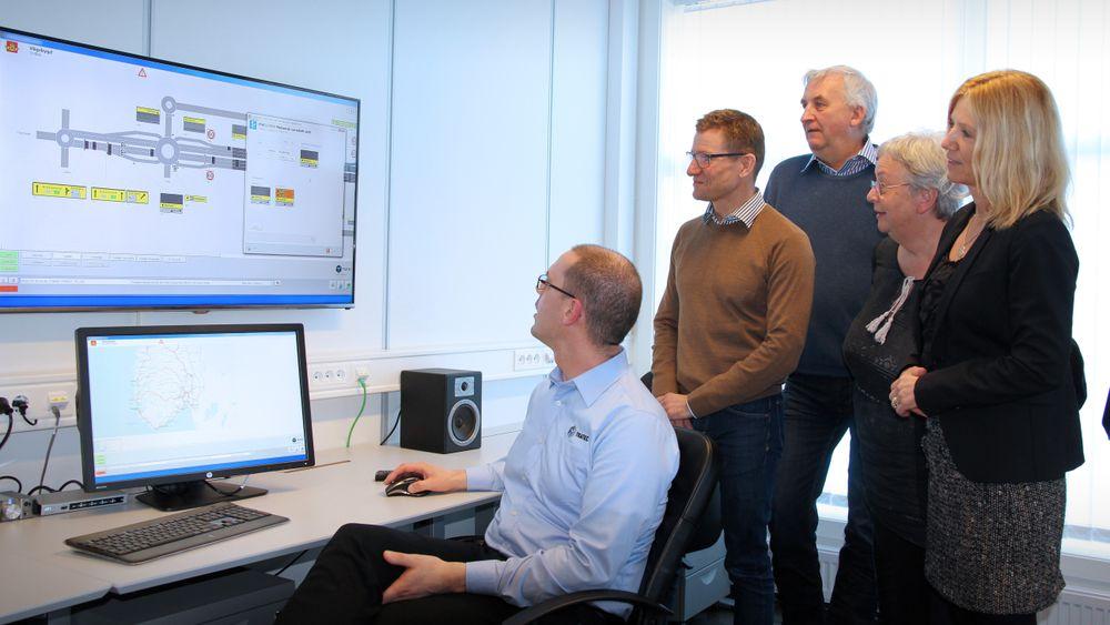 Programmerer Stig Robert Gjertsen (til venstre) viser fram styringssystemet for Vågsbygdporten i Kristiansand. Administrerende direktør Bent Ståle Johansen, markedssjef Brynjulf Mosland, ordfører Torhild Brandsdal og kommunikasjonsdirektør i Siemens, Gry Rhode Nordhus, følger med.
