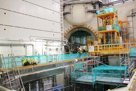 Blir ferdig: Mye av innmaten til Olkiluoto 3-reaktoren er allerede på plass. Den gule konstruksjonen midt i bildet skal brukes til å håndtere brenselsstavene.