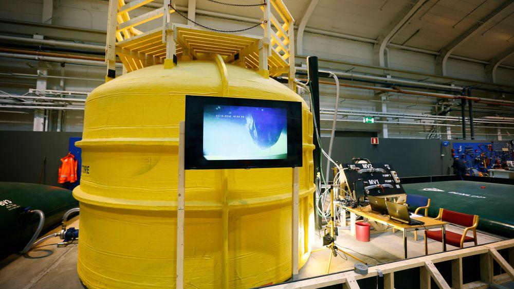 Test: Kongsbergs pilottest i en 1:10-skala var vellykket. Via skjermen kunne man følge med hvordan gummibagen inne i stålstrukturen oppførte seg når den ble fylt med olje.