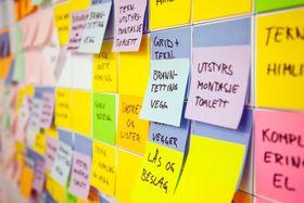 I flere store møterom er veggene dekket av post-it-lapper i ulike farger som viser hvem som skal gjennomføre de ulike oppgavene på byggeplassen og når de skal utføres i forhold til alle andre oppgaver.
