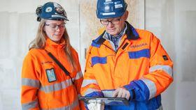 Øyvind Pettersen og Kristin Benedicte Ingebrigtsen viser hvordan 3D-modellen fungerer på en Ipad.