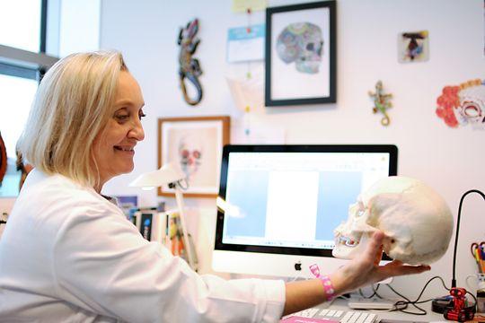 Smil: Cecilie Gudveig Gjerde ønsker bokstavelig talt å gi pasienter smilet tilbake - uten beintransplantasjon.