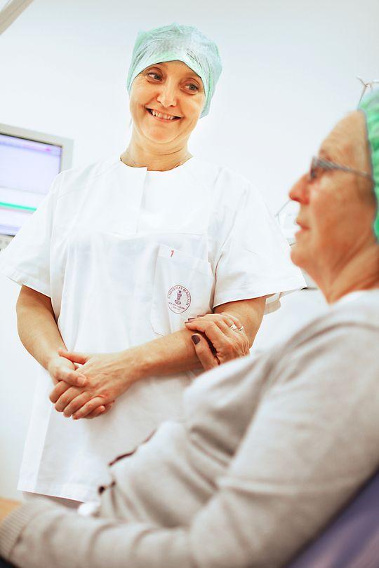 Støtte: Gjerde tar seg god tid til å prate før hun blir med og støtter Vevletveit på vei ut av operasjonsstua.