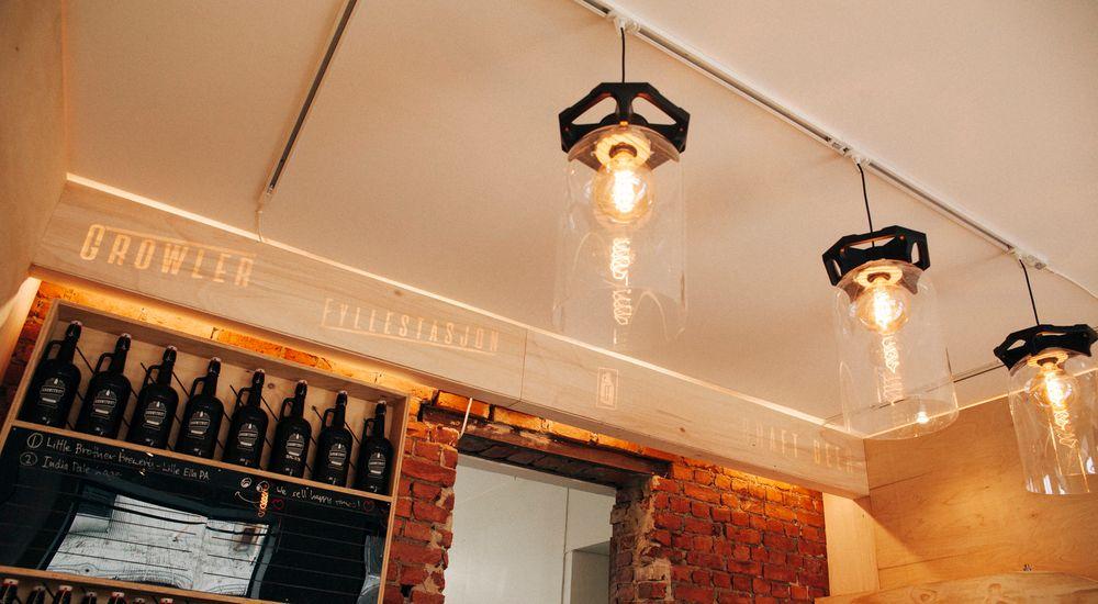 Lampene er laget av brukte keykegs.