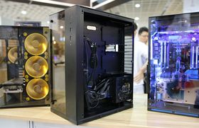 Med SFX-PSU kan størrelsen på kabinettet gå ned. Igjen ser vi PC-O10.