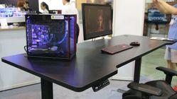 Dette er et Lian Li-skrivebord med et Lian Li-vannkjølt Lian Li-kabinett som har en Lian Li-strømforsyning