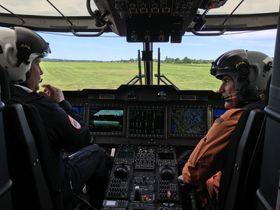 Justis- og beredskapsminister Anders Anundsen om bord i det nye redningshelikopteret.