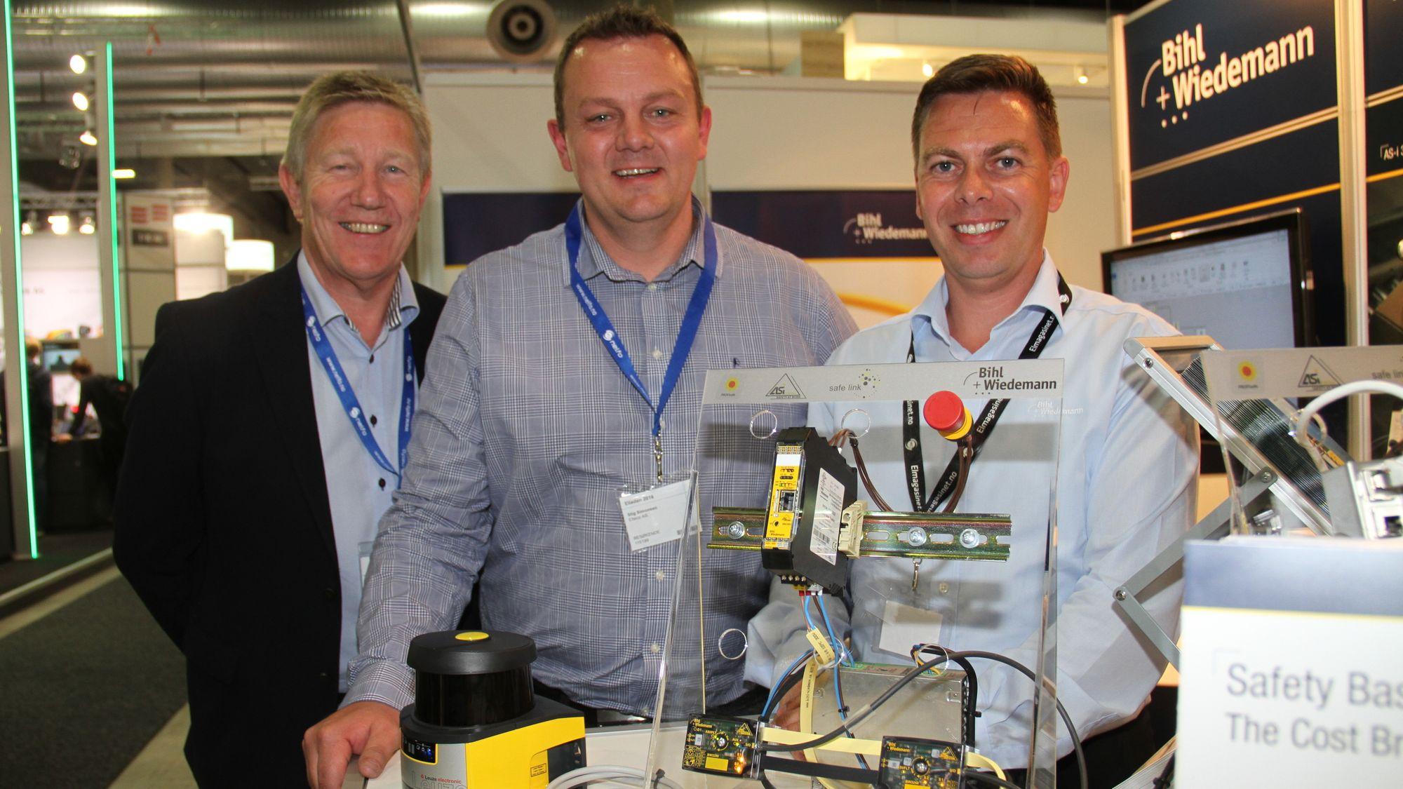 Fra venstre, Svein Holla og Stig Simonsen, begge fra Elteco og Jan Efland fra Bihl+Wiedemann foran et system bygget opp som resultat av partnerskapet. Et Eltecoprodukt fra Leutze koplet mot en distributør fra Bihl+Wiedemann.