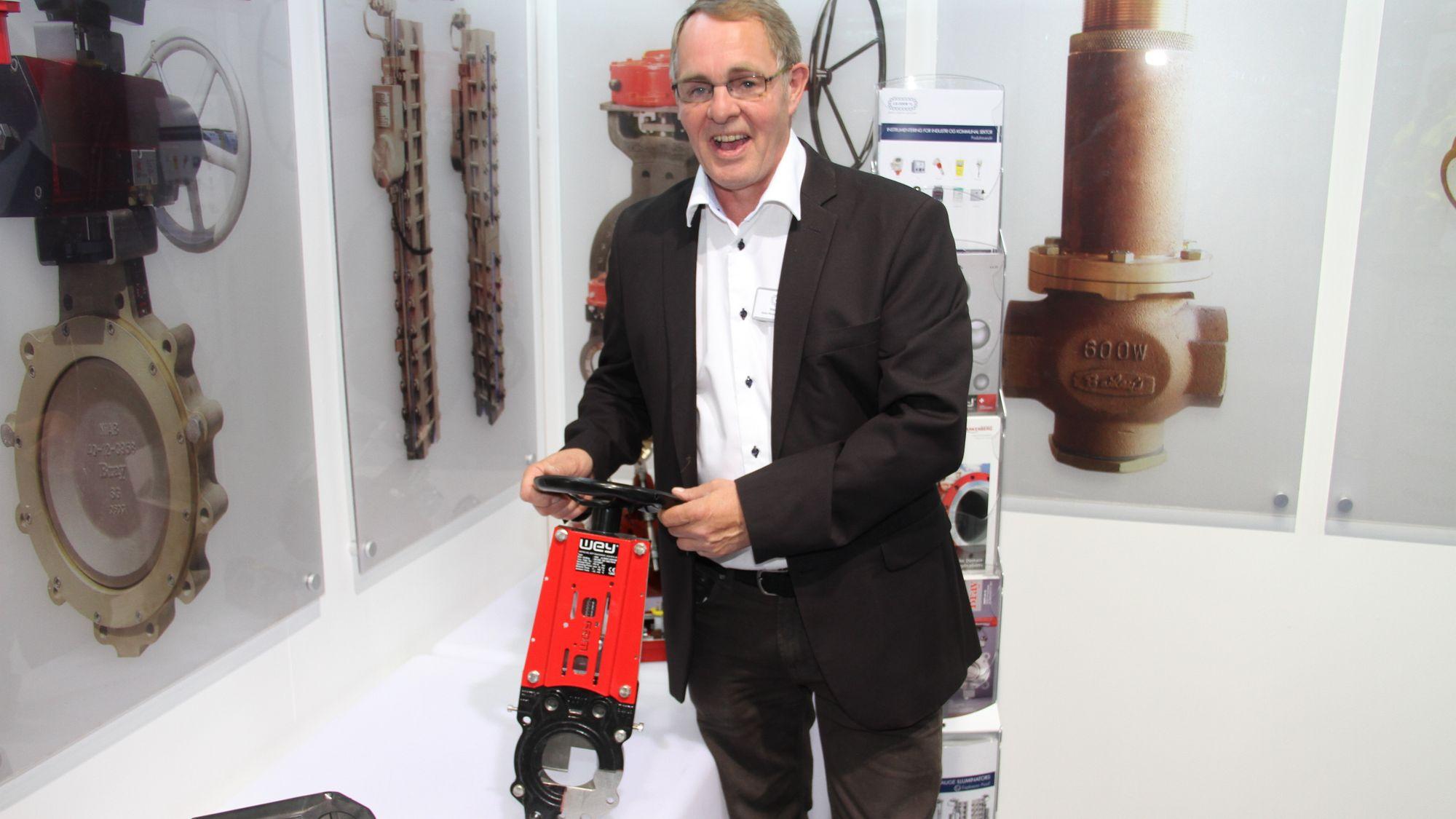Morten Steinset fra J.S. Cock med den nye skyvespjeldventilen fra Wey som er nå tilbys norsk industri.