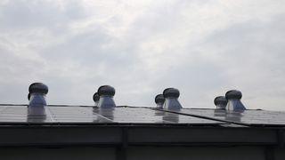 Bildet viser norske solceller på taket til en indonesisk bank. Det kan være starten på noe stort for REC og Elkem Solar