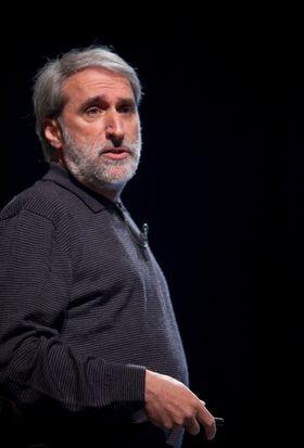 Harvard-professor Daniel Nocera har ledet utviklingen av en bakterie som produserer drivstoff fra karbondioksid og hydrogen.