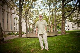 Daniel Nocera leder arbeid med å lage fornybart drivstoff ved hjelp av sollys og bakterier.