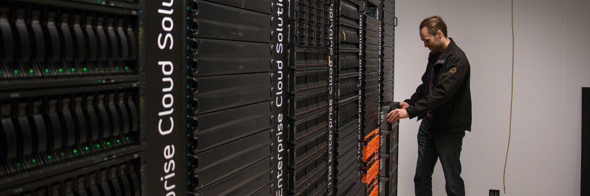 DATASENTERET: Knut Erik Raanæs, teknisk sjef i IT-selskapet Intility, holder på DX500-boksene i Eternus-serien til Fujitsu. Han har totalt 16 slike enheter, som lagrer hele sikkerhetskopien til selskapet.