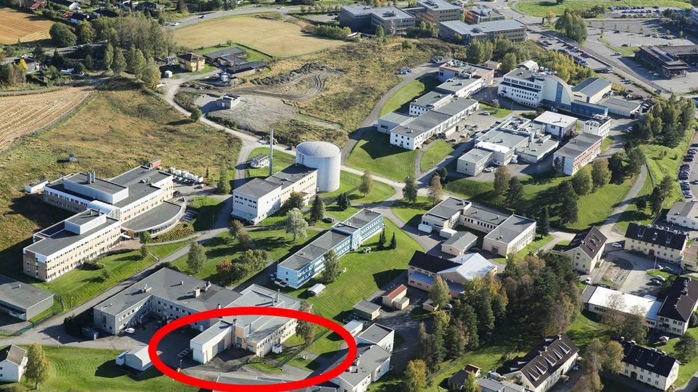 Ife har funnet små mengder av radioaktivitet i fire dreneringskummer i nærheten av brønnhuset (avmerket på bildet). Radioaktiviteten stammer ifølge Ife ikke fra dette lageret.