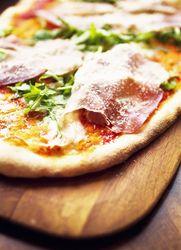 Pizza med parmaskinke, mozzarella og pesto av solsikkekjerner - Aperitif.no
