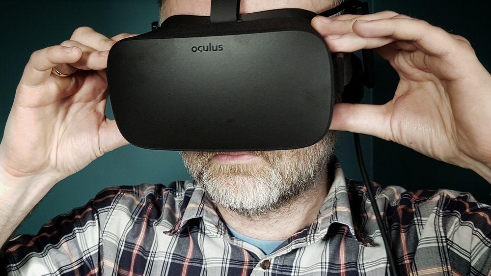 VR: Multimedia-ansvarlig Eirik Helland Urke tester Oculus Rift, en av mange måter å oppleve VR-journalistikk på.