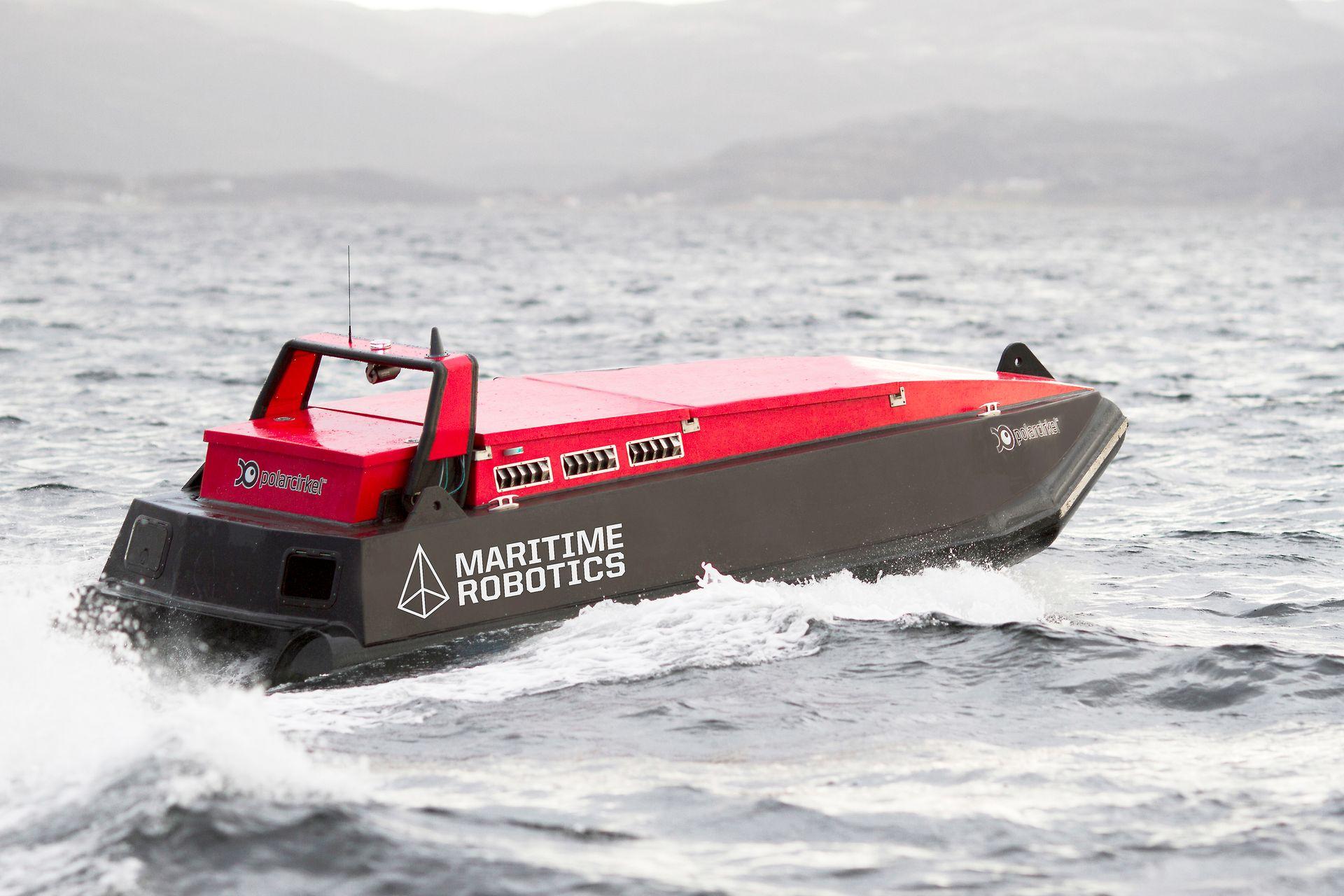 Kartlegger: Det førerløse fartøyet til Maritime Robotics er brukt til kartlegging av havbunnen med multisonar fra Norbit. Båten er ca. 6 meter lang og veier 1,7 tonn.