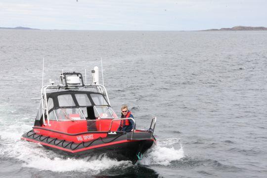 Den 28 fot store båten ser ut som en vanlig arbeidsbåt, men kan kjøres autonomt eller fjernstyres. Arild Hepsø har tatt roret for å sette Eirik Hovstein om bord i Gunnerus.