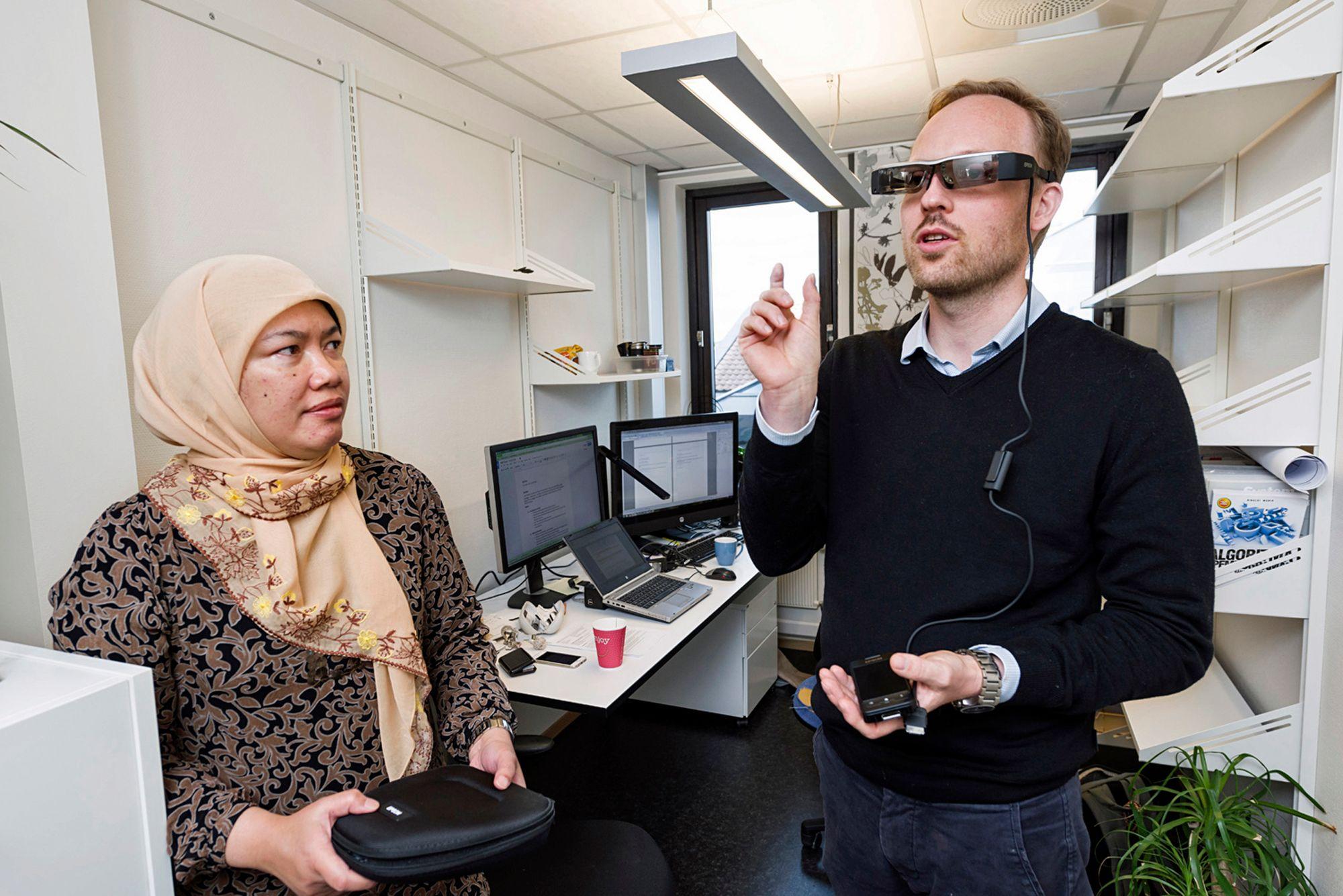 Flere forskere arbeider sammen på CIEM. Her er Ole-Christoffer Granmo sammen med overingeniør Jaziar Radianti.