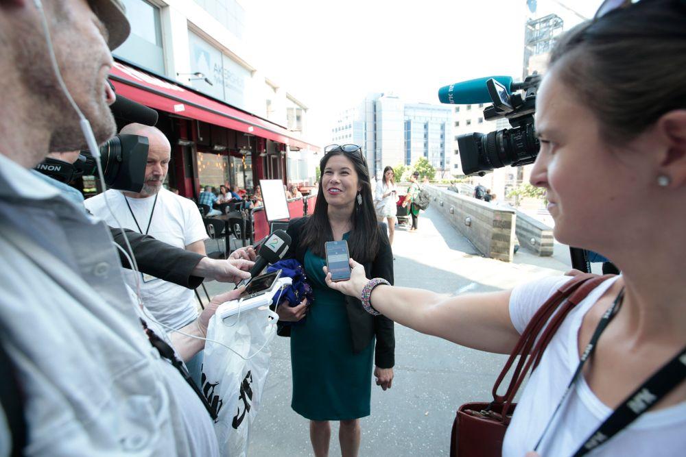 Miljøbyråd Lan Marie Nguyen Berg (MDG) fra Oslobyrådet snakker med pressen før hun skal inn til siste møte om Oslopakke 3. Partene møtes søndag ettermiddag for å gjøre ferdig avtalen.