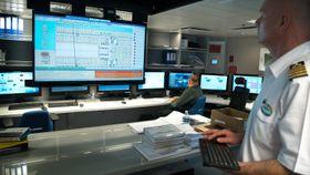 Maskinsjef Ivo Marenc kan gå inn og sjekke over 40.000 kontrollpunkter rundt om på skipet.