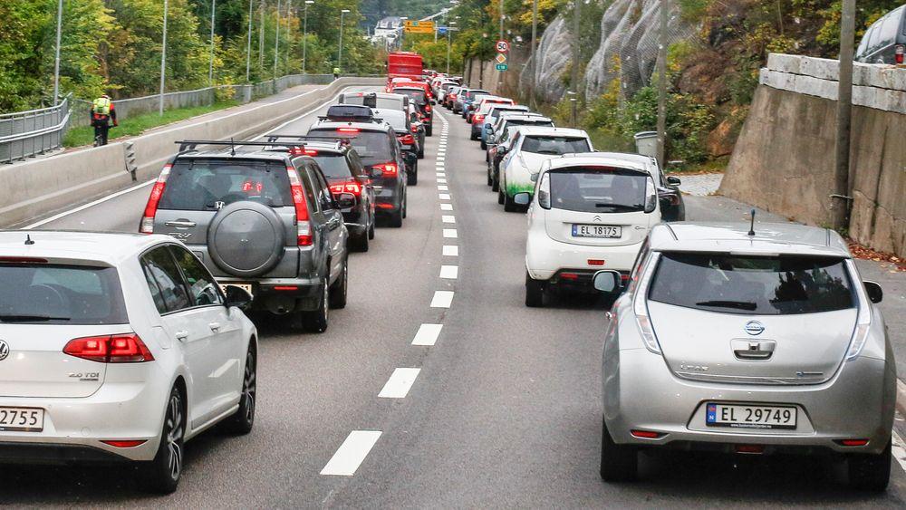 Elbiler har fått muligheten til å kjøre i kollektivfeltene som et ledd i få flere til å velge miljøvennlige biler. Fra 2025 blir incentivene mot fossilbiler enda sterkere.
