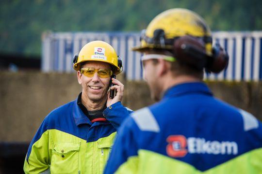 En vanlig smartmobil er et uvurderlig verktøy for Elkems ansatte i felten.