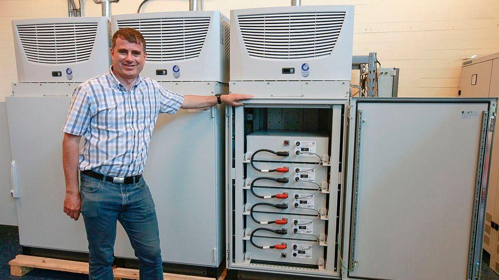 Miljøbatteri Kranbatteriet som  teknisk direktør i Grenland Energy AS, Dr Lars Ole Valøen viser frem, er ganske mye større enn et bilbatteri. Systemet skal installeres i et av Grieg Star Shippings båter. Men så er miljøgenvinsten også voldsomt mye større