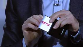 Dette bildet er fra Samsungs CES-konferanse i 2013, hvor de viste frem den fleksible skjermteknologien.